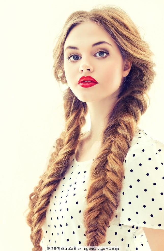 发型 棕色辫子 棕色长发 棕色长辫子 长辫子 大长辫子 棕发 美女的图片