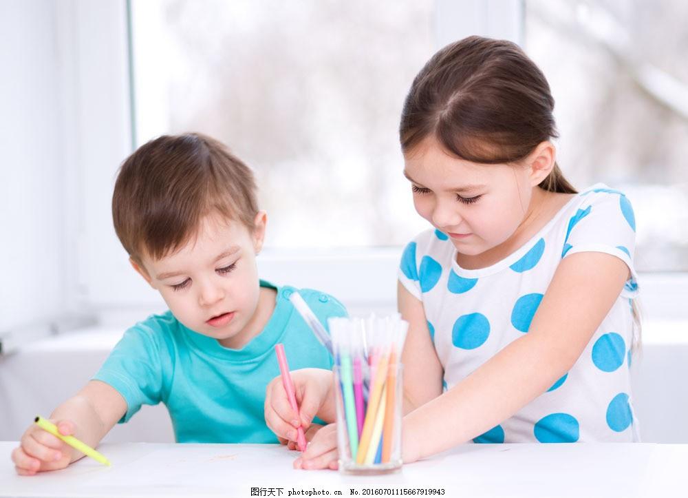 画画的小男孩小女孩 画画的小男孩小女孩图片素材 画笔 外国小女孩