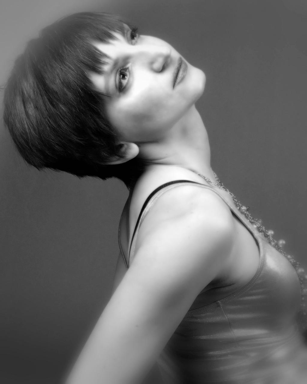 黑白短发美女图片图片