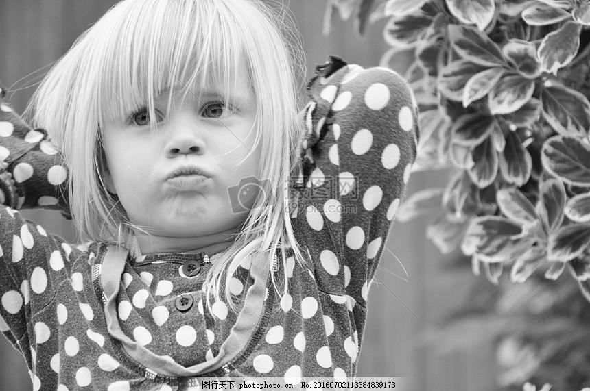 噘嘴的小女孩 噘嘴 金头发 可爱 花衣服 萌萌哒     红色 jpg