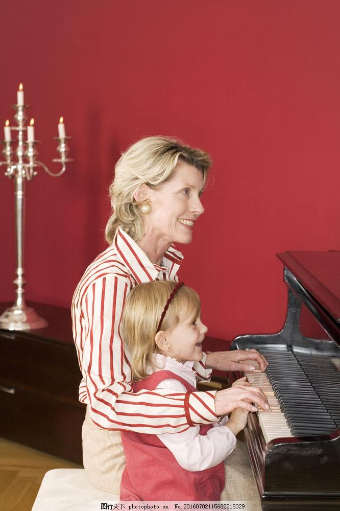 弹钢琴的小女孩图片