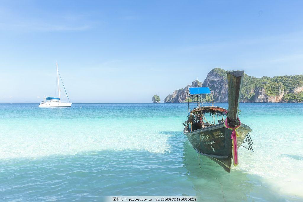 蓝色海上小木船风景图片