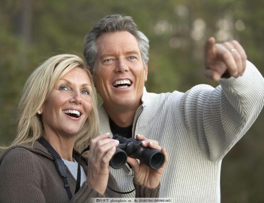 拿着望远镜看风景的夫妻图片素材 生活人物 情侣 夫妻 恩爱 甜蜜 休闲