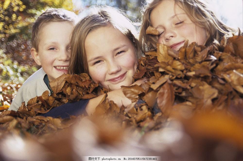 趴在树叶上的儿童图片素材 亲情 外国家庭 外国儿童 姐妹 姐弟 姐姐