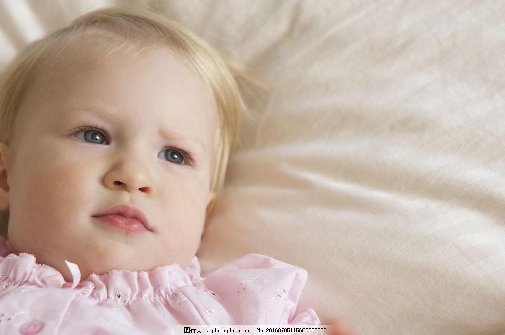 躺在床上的女孩图片素材 儿童 可爱 儿童摄影 外国人 儿童图片 人物