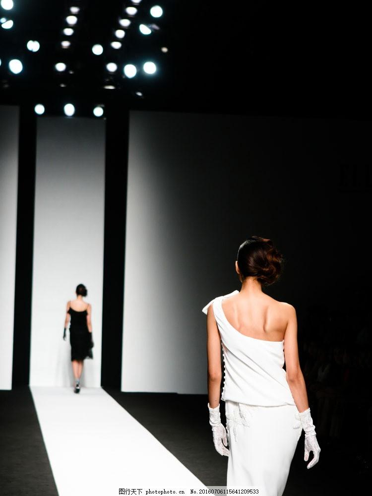 t型舞台 时装模特 服装模特 走秀 黑白背景 灯光 模特背影 摄影图片