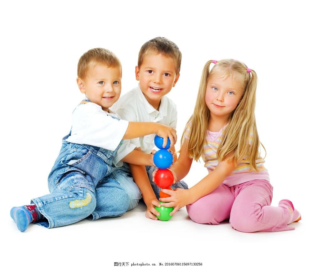 玩玩具的三个小朋友图片