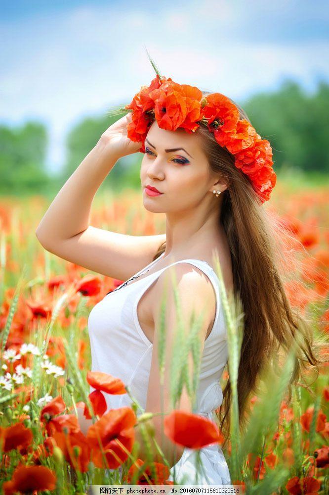 美丽花丛中的女人图片