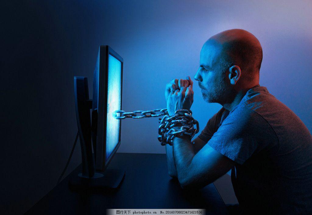 捆绑网络的男人 黄昏 人物背影 创意科技 主题 职业人物 商务男人