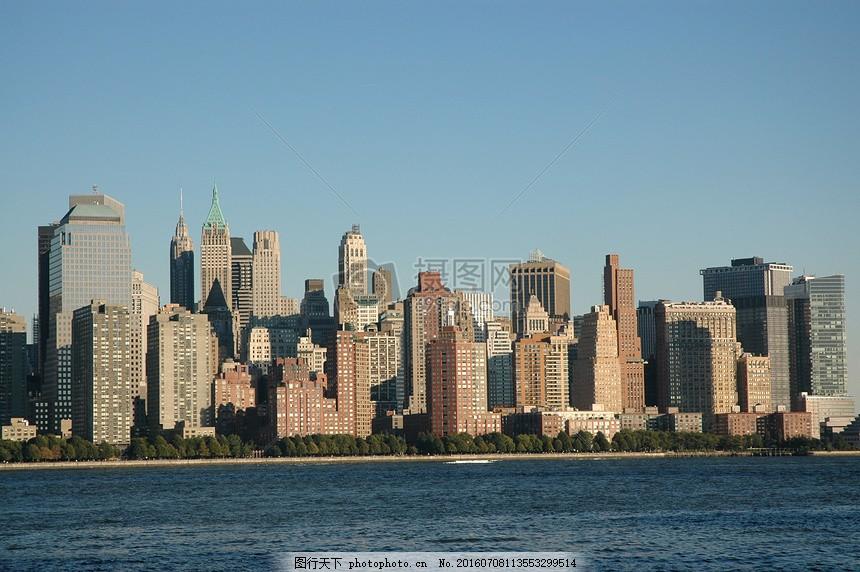 海边的城市 高楼大厦 房子 小树 大海 波浪 蓝天 红色