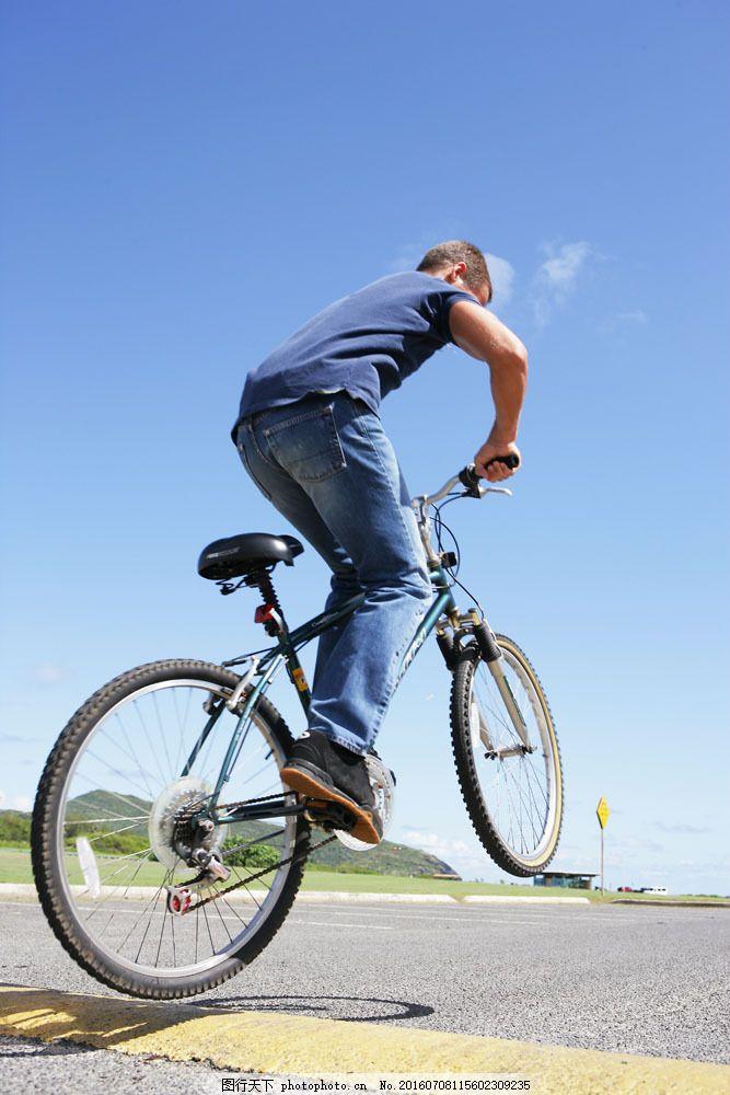 骑自行车的男人图片