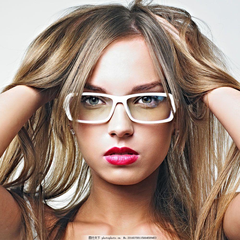 戴眼镜的时尚美女图片