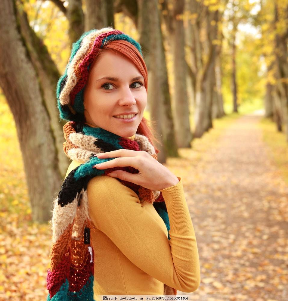 秋天风景与时尚美女图片