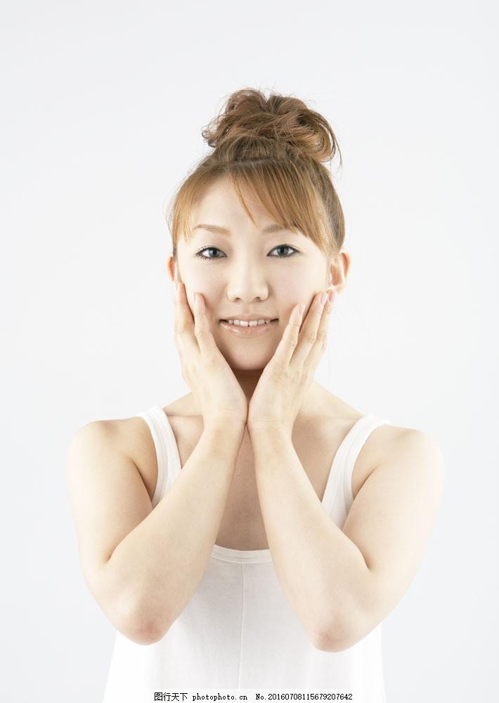 护理脸部肌肤的美女图片
