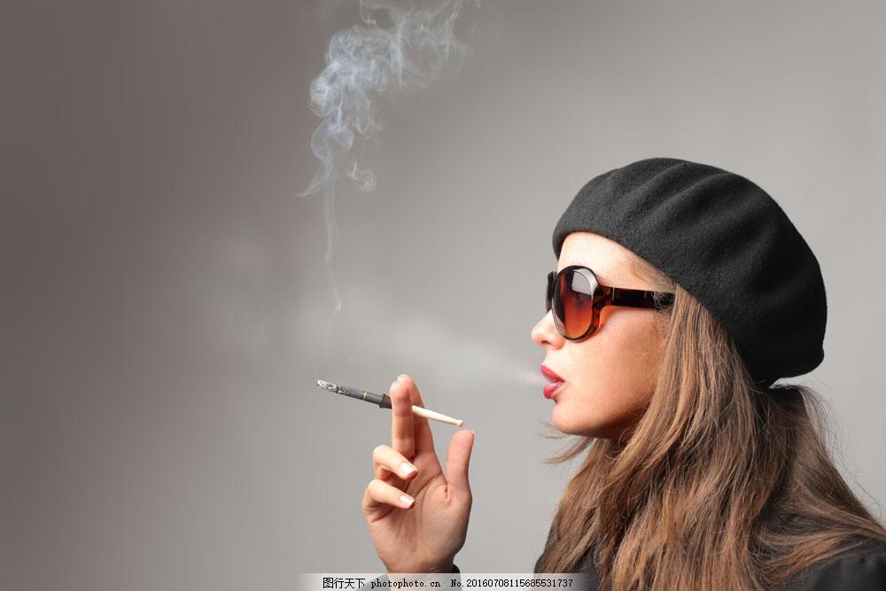 戴墨镜吸烟的美女图片素材 抽烟的女人 香烟 抽烟的美女 吸烟的美女