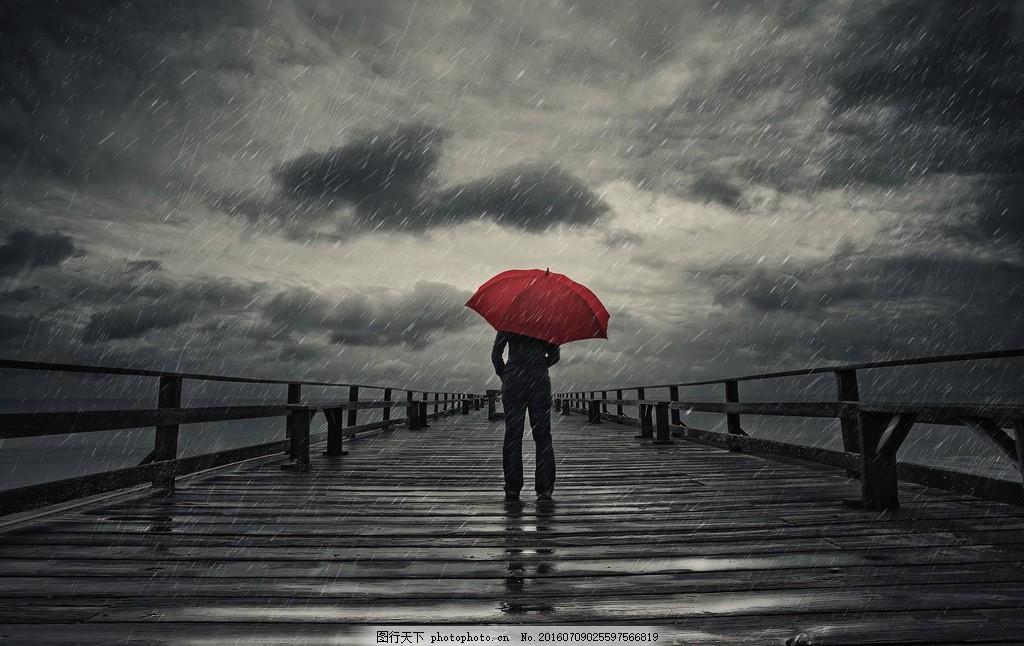 下雨天的人物 艺术 写真 大雨 淋湿 乌云 打伞 背影 摄影 生活素材