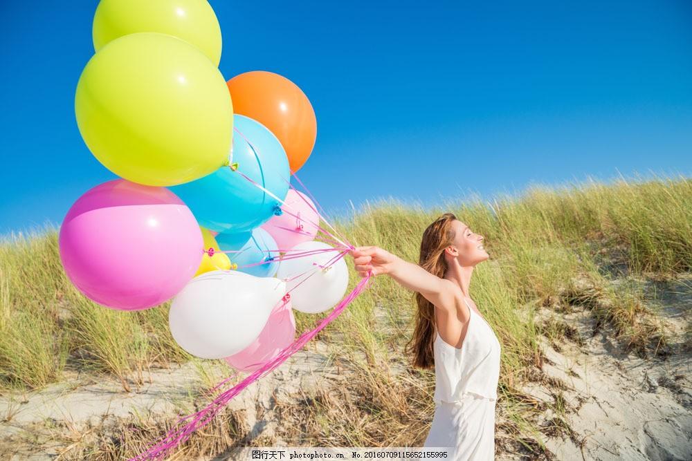 拿着气球的美女图片