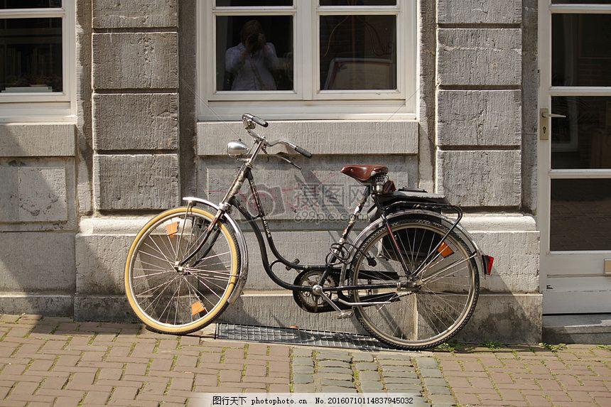 停放的老式自行车