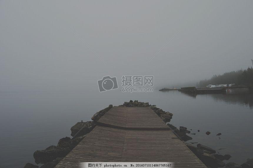 河岸边的木桥 灰色 薄雾 雾 霾 坞站 水 石头 板木材 倒影     红色