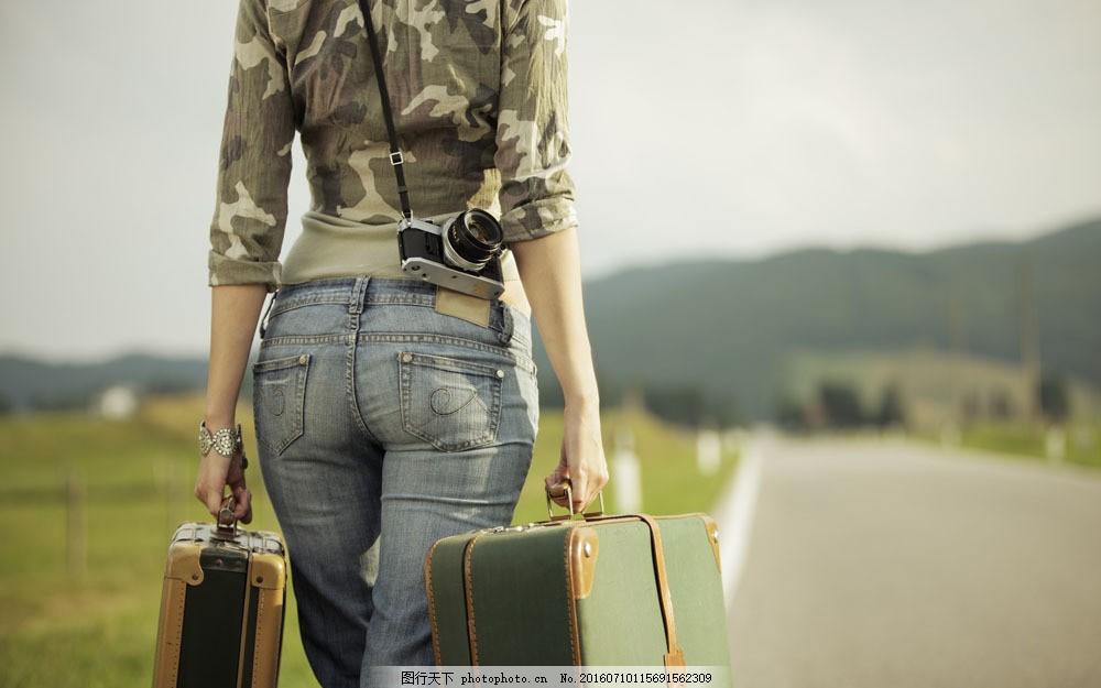 提着行李箱的美女背影图片