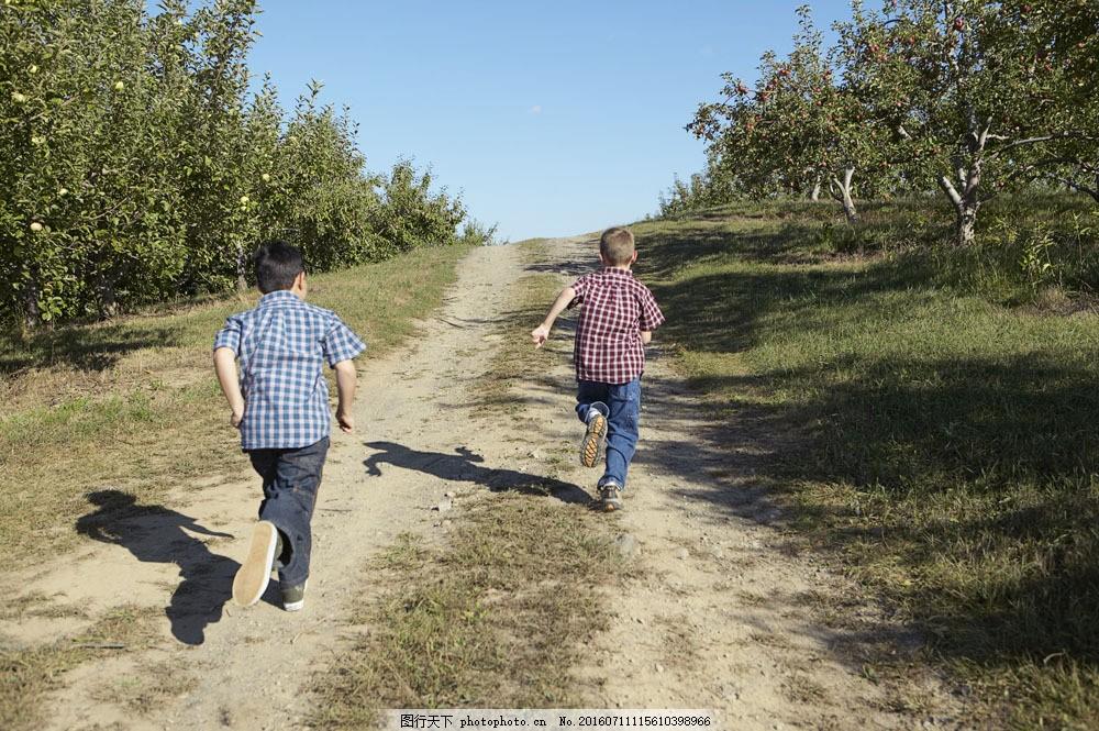 跑步的孩子图片素材 孩子 童年 少儿 国外儿童 小孩 乡村 乡村儿童 快