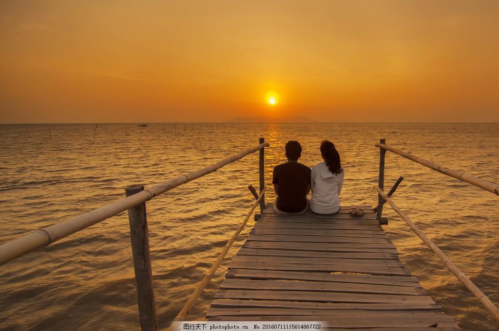 黄昏海边浪漫情侣图片