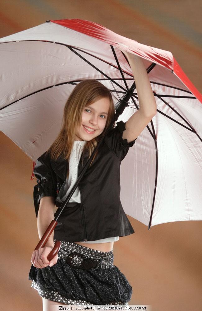 打雨伞的小女孩图片