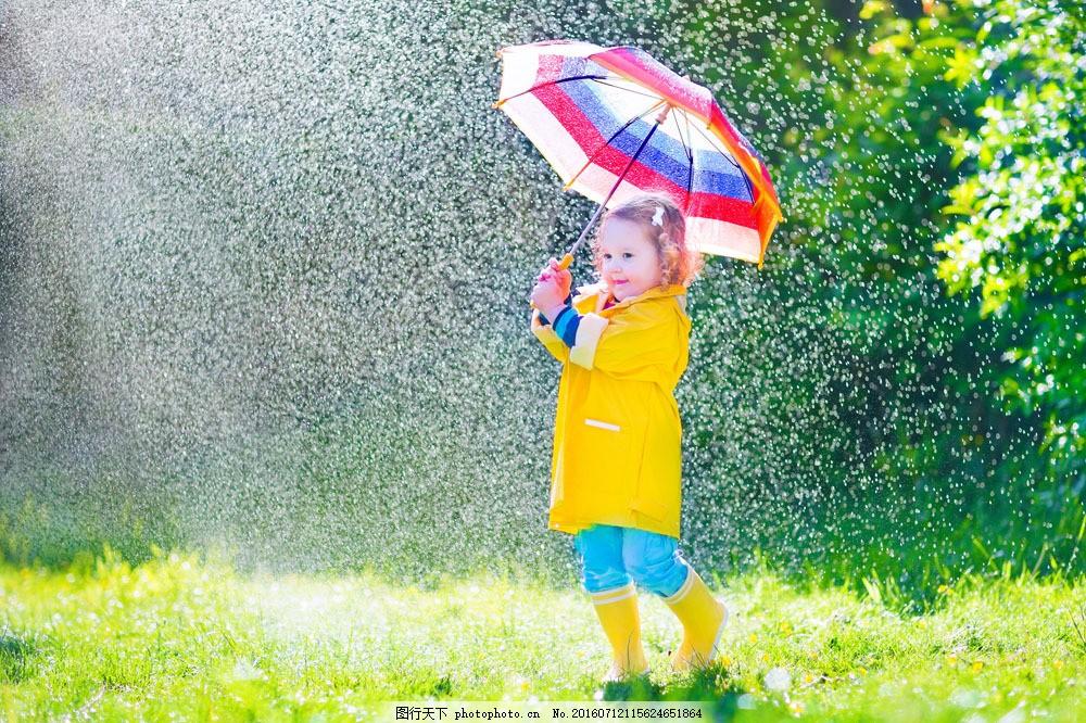在雨中打伞的小女孩图片