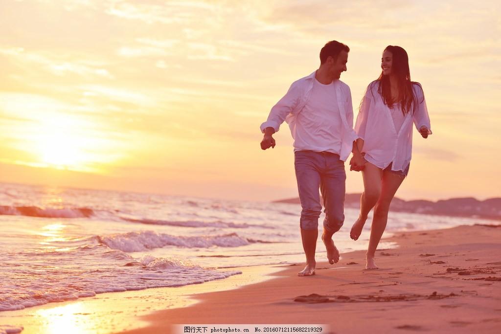 欧美情侣 海边 大海 踏浪 看海 牵手