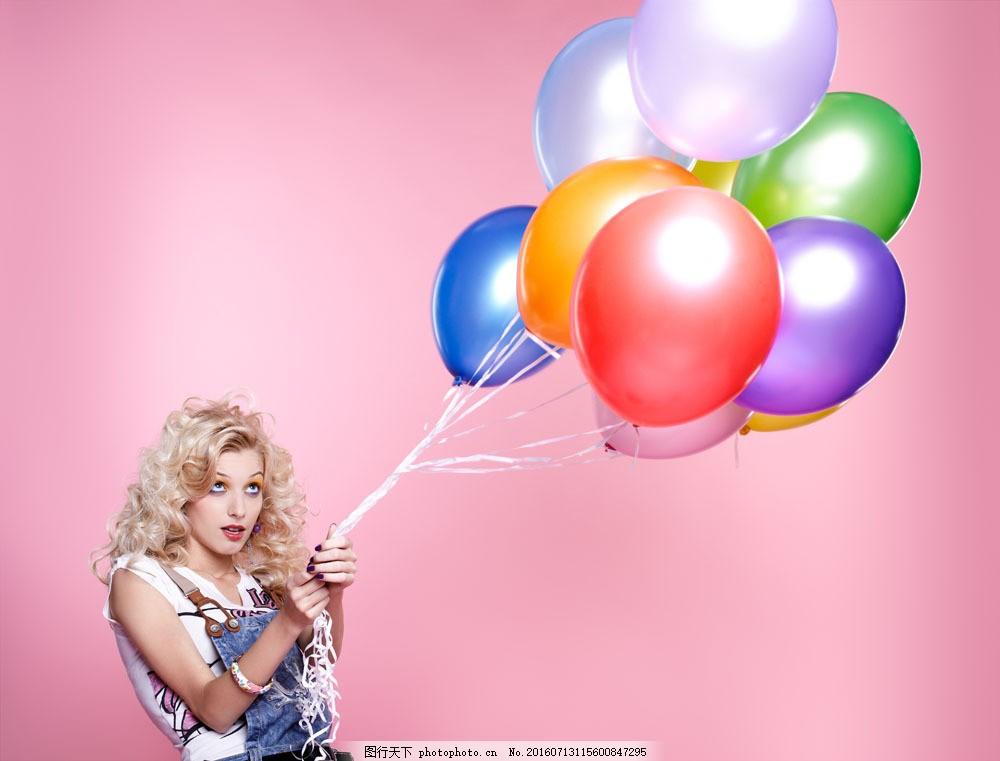 拿着彩色气球的美女图片