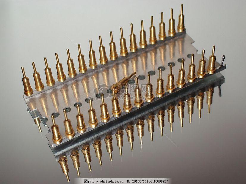 小孔旁的金色针管 芯片 插座 集成化 电路 锥子 插孔 红色