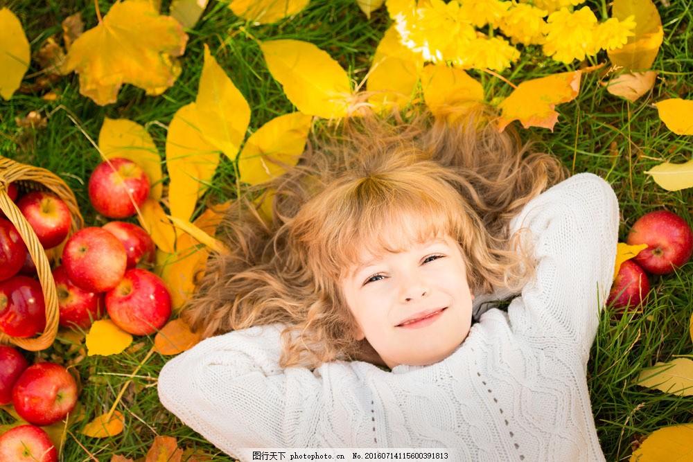 苹果与开心的小女孩图片