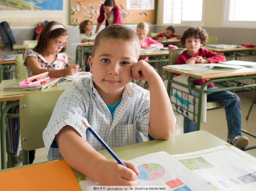 外国的教室与小学生图片