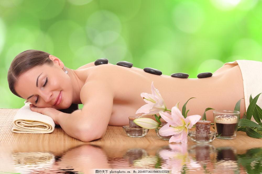 躺在水边背部护理的症美女图片素材 水 砭石 美容 护理 spa馆 养生 健