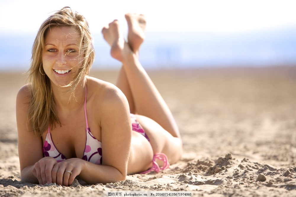 模特杜鹃沙滩黑白照片