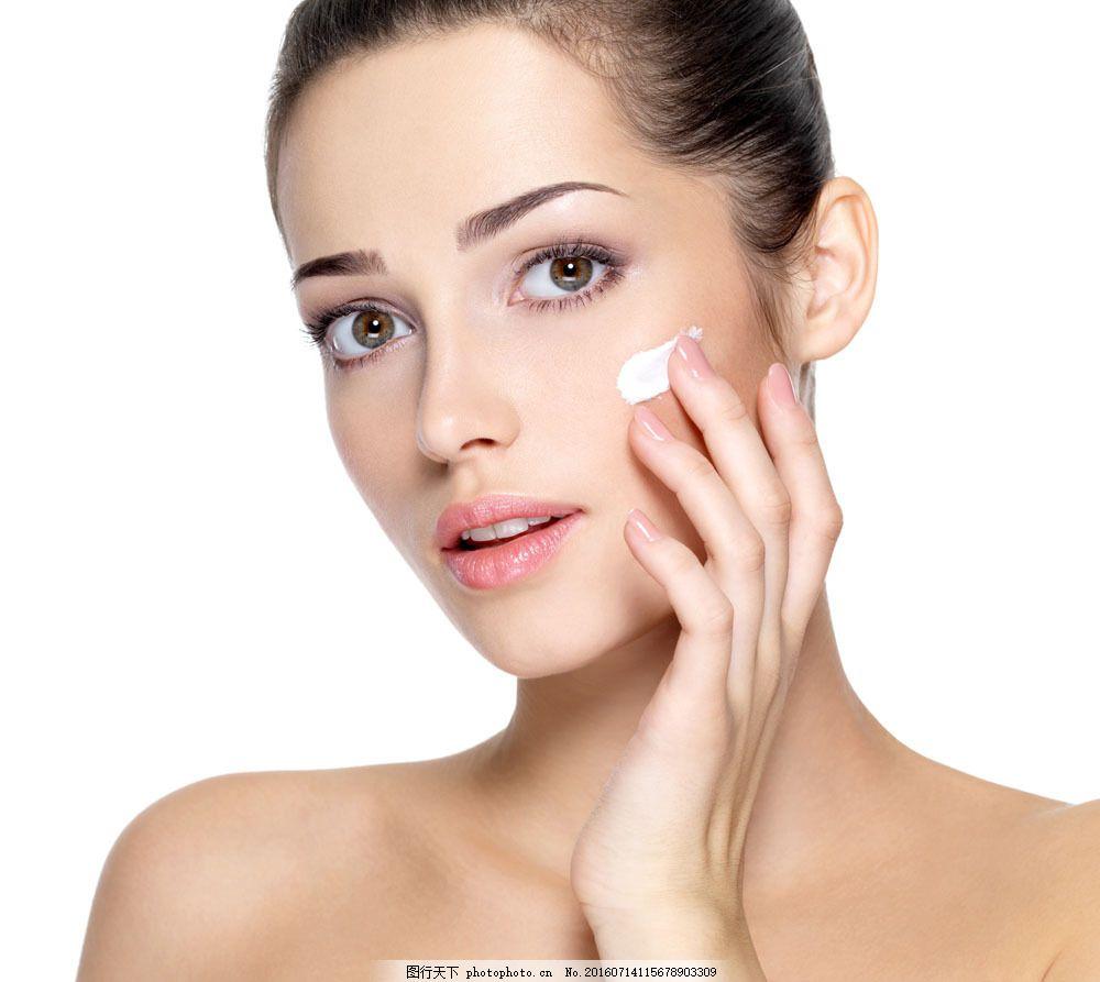 抹护肤品的美女图片素材 护肤品 美容模特 鲜花 花朵 时尚美女 性感