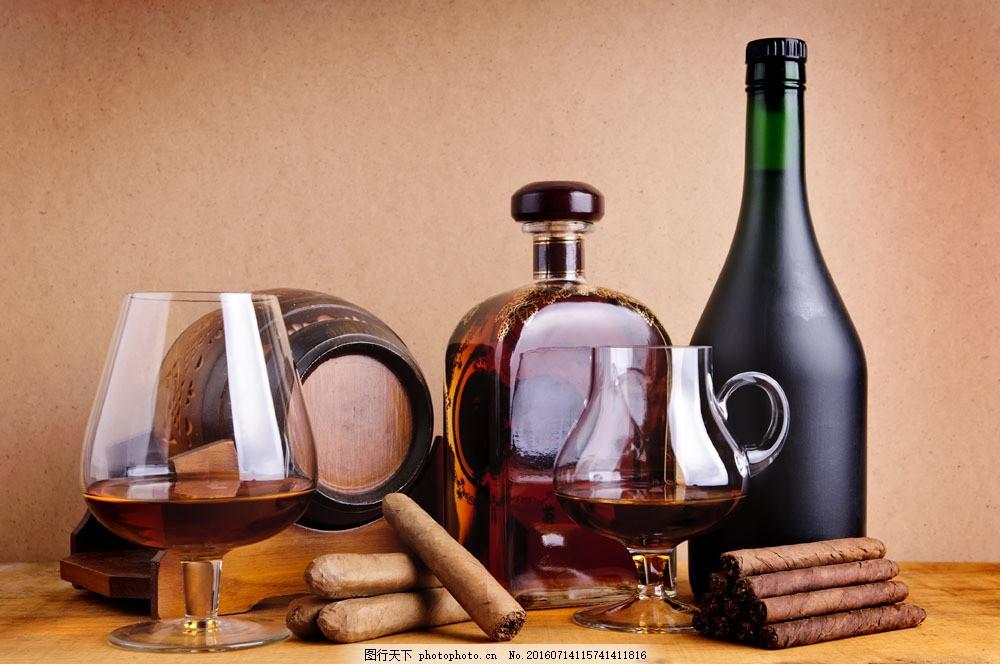 桌面上的洋酒和巧克力棒图片素材 桌子 酒瓶 洋酒 酒杯 玻璃杯 巧克力