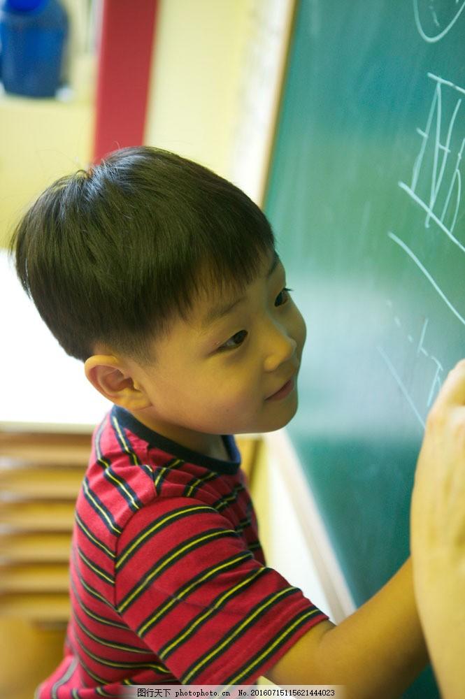 欢笑童年 可爱 儿童 孩子 小朋友 黑板 写字 学习 男孩 幼儿园 儿童