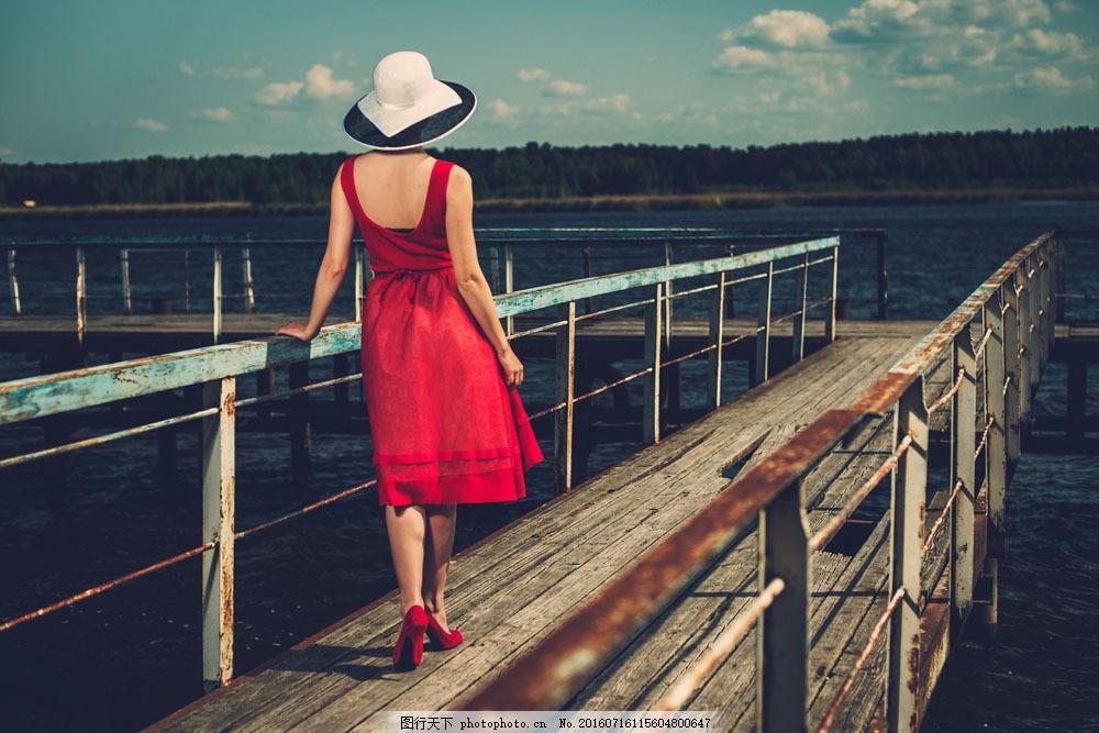 桥上红裙子美女背影图片素材 海水 木桥 红色裙子 模特 时尚 气质