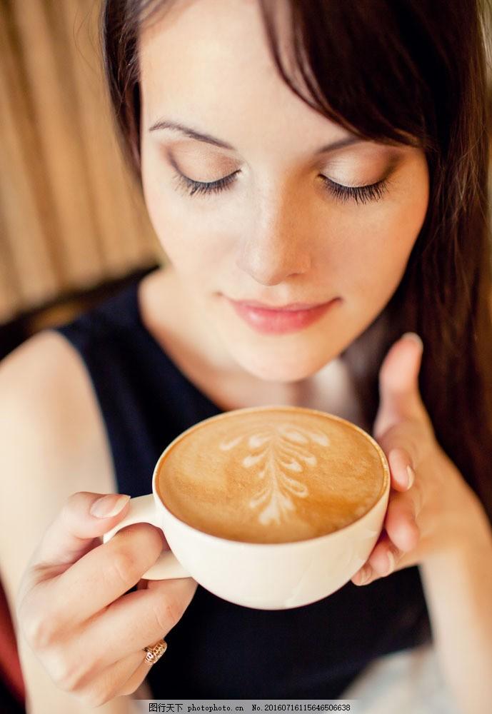 喝咖啡的美女图片