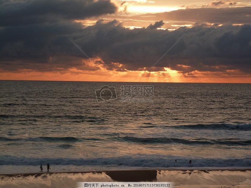 夕阳下海边沙滩风景