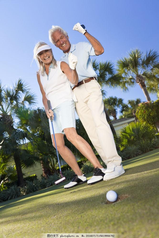 打高尔夫球的夫妻 打高尔夫球的夫妻图片素材 打球 老年人 草地