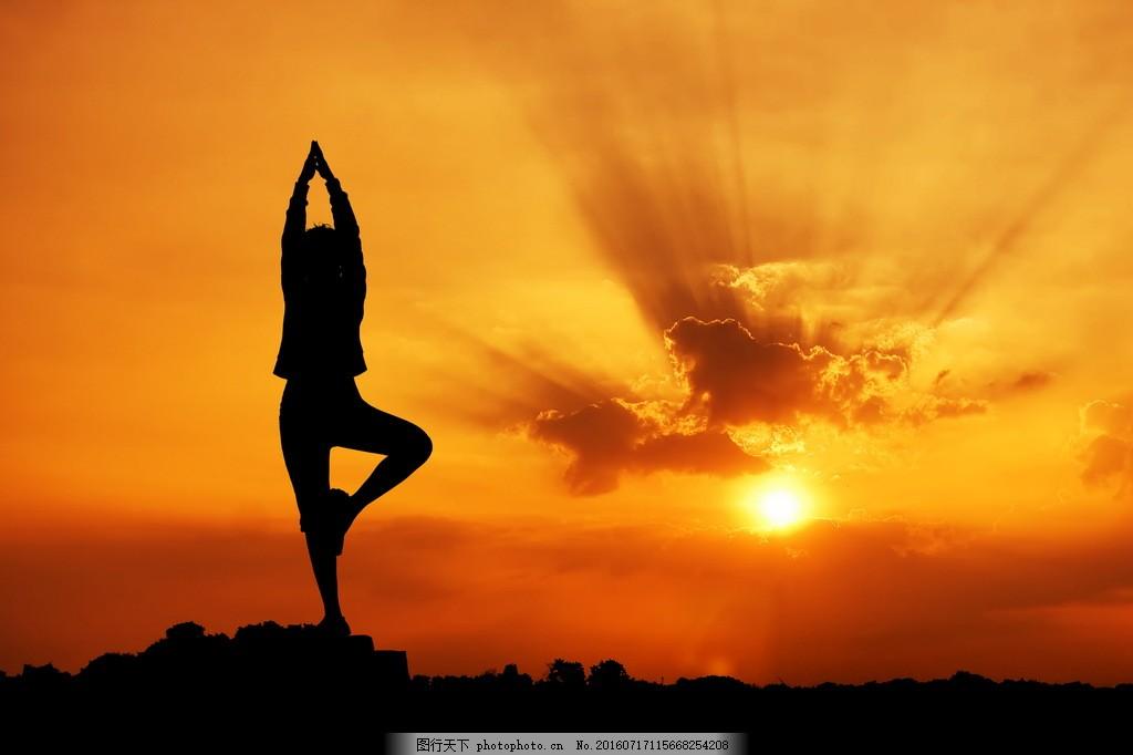 黄昏海边瑜伽背影图片