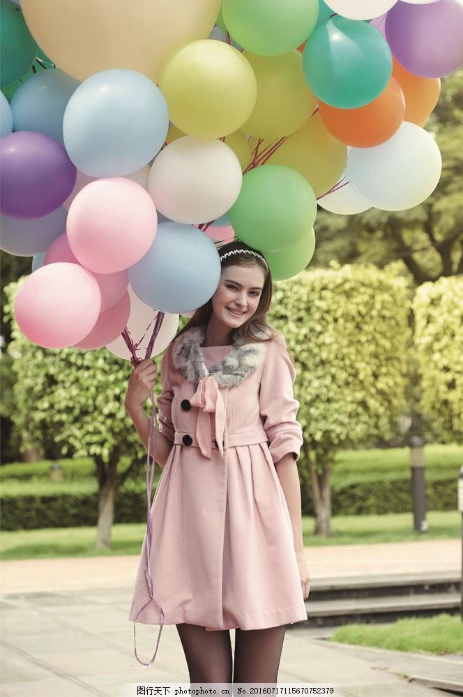 手拿气球的时尚美女图片