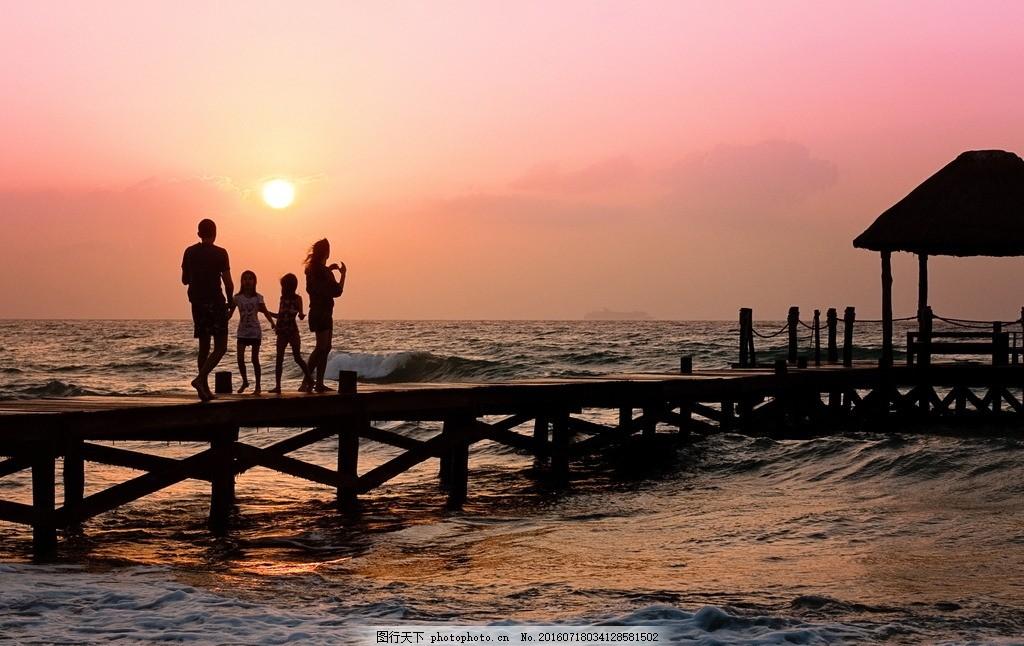 看黄昏的 一家人 看黄昏 唯美 海边 大海 木栈道 黄昏 落日 夕阳 残阳