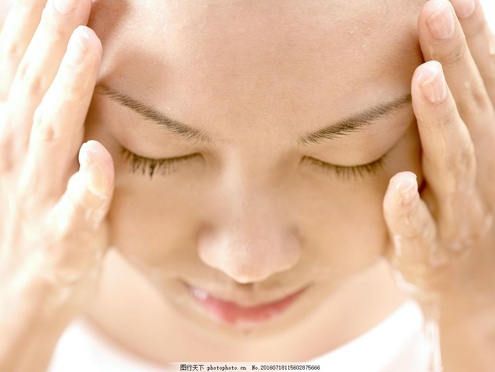 闭着眼睛洗脸的女孩图片