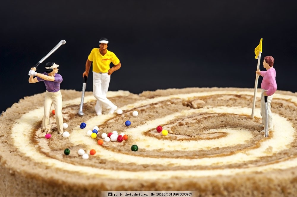 在蛋糕上打高尔夫球的运动员图片