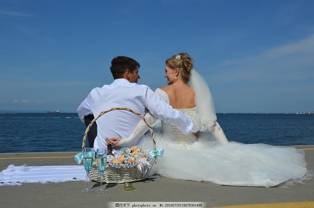 海边婚纱照情侣背影图片
