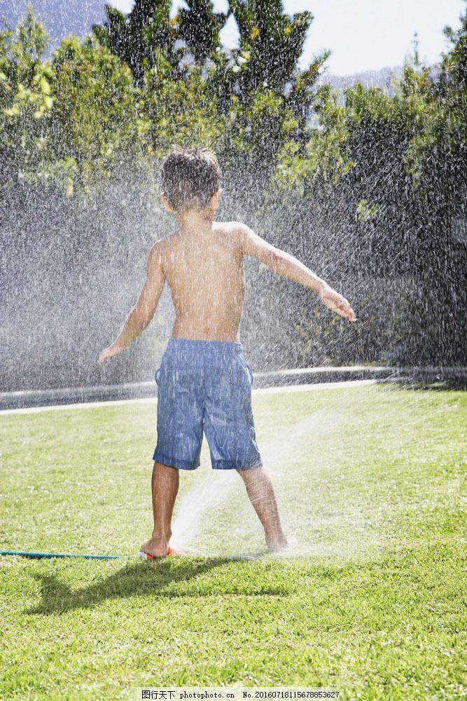 草地上玩耍的小男孩背影图片素材 外国家庭 孩子 儿童 小男孩 可爱