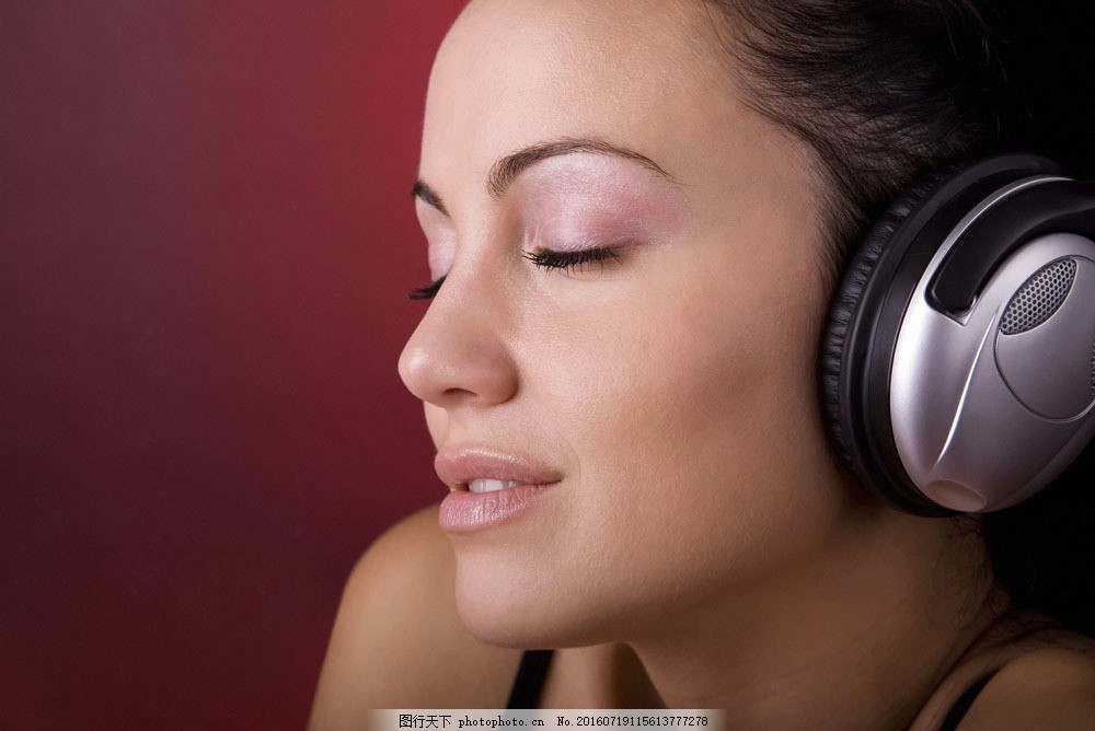 闭眼享受音乐女人 闭眼享受音乐女人图片素材 外国女人 美女 时尚女人